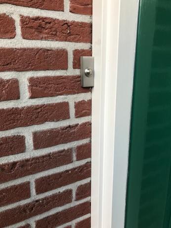 de deurpost mocht kennelijk niet worden ingeboord